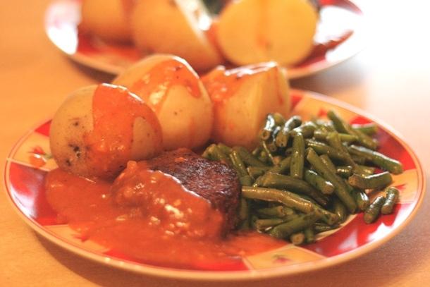 Sojahacksteak mit Kartoffeln, Bohnen und Bratensauce