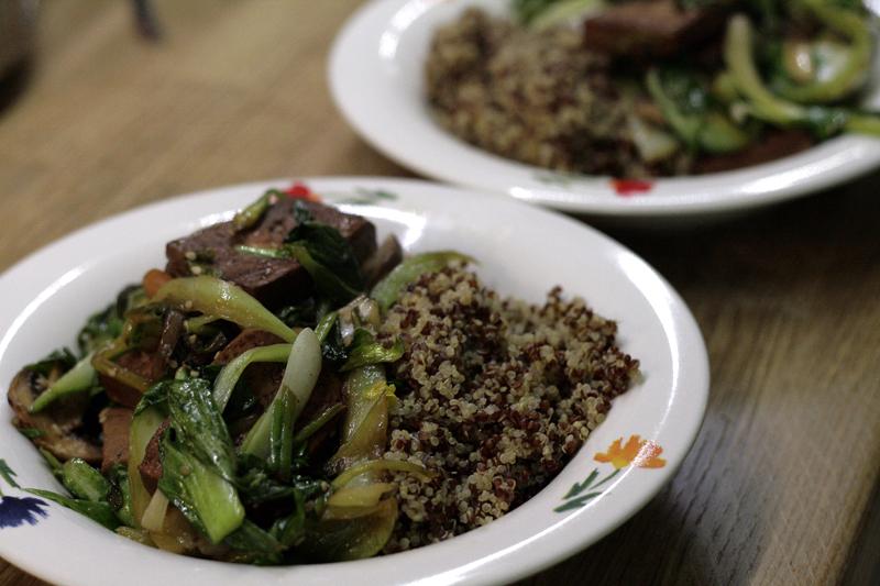 Pak Choi-Tofu mit buntem Quinoa