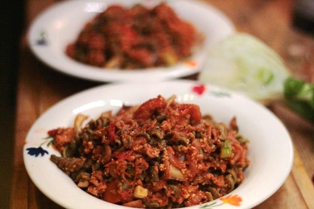 Bunte Dinkelvollkorn-Fusilli mit Gemüse-Tomatensauce und Tofu Rosso